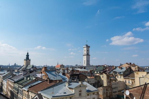 Vue de l'hôtel de ville et des toits de lviv