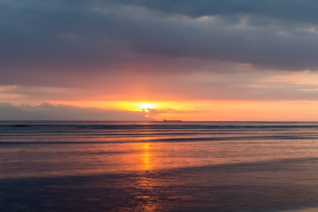 Vue à l'île de bali au coucher du soleil