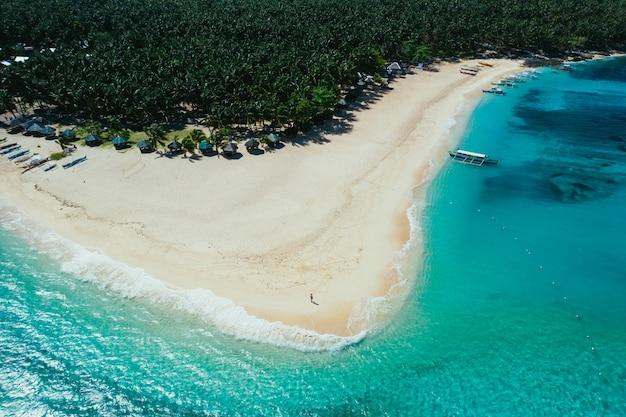 Vue sur l'île de daku depuis le ciel. photo prise avec un drone au-dessus de la belle île. concept sur les voyages, la nature et les paysages marins
