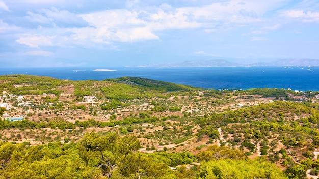 Vue sur l'île d'egine à côté d'agia marina, îles saroniques, grèce. paysage panoramique grec