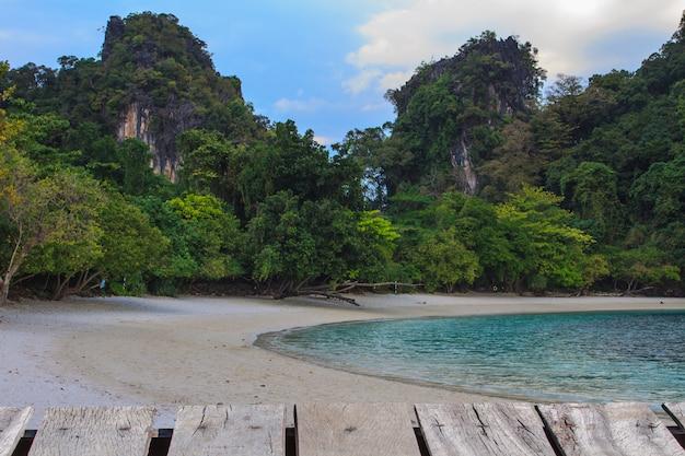 Vue de l'île de koh hong krabi, thaïlande, paysage de plage tropicale