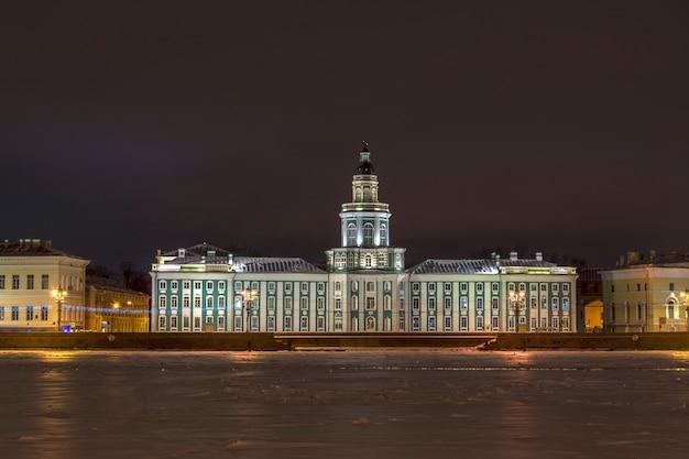 Vue de l'île vasilievsky à saint-pétersbourg, en russie, une nuit d'hiver.