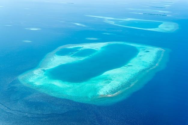 Vue des îles maldives depuis la fenêtre de l'avion