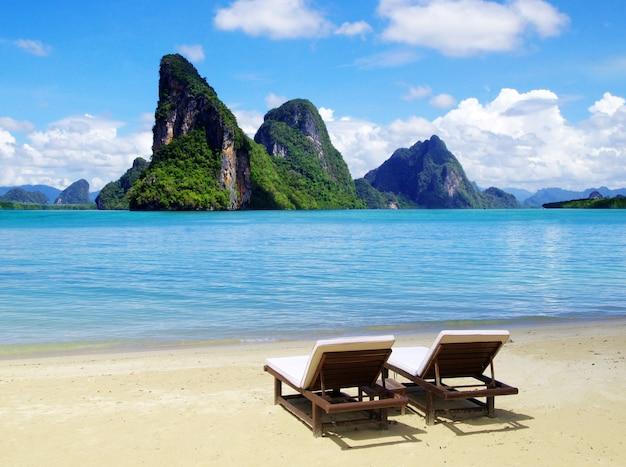 Vue sur les îles tropicales depuis la plage avec deux chaises longues