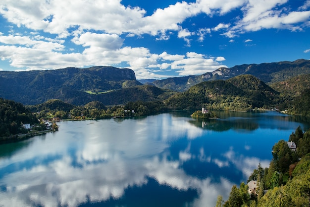Vue imprenable sur l'automne du lac de bled en slovénie
