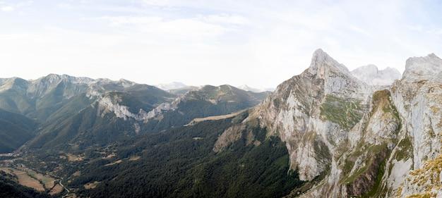 Vue imprenable sur de belles montagnes
