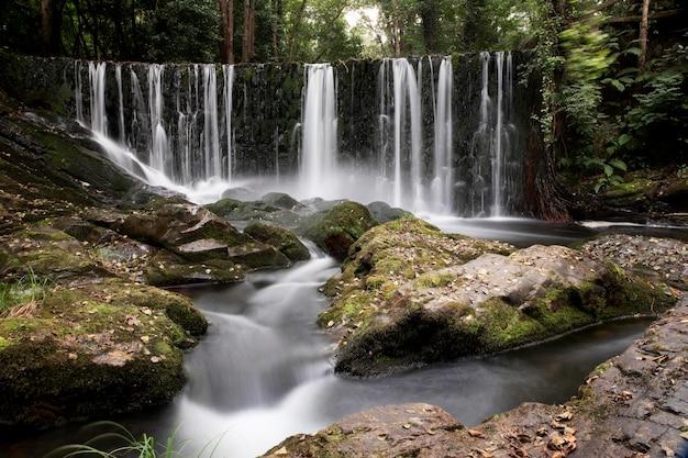 Vue imprenable sur la cascade naturelle