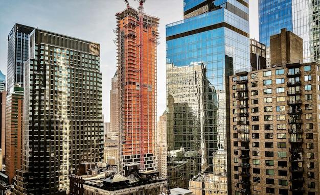 Vue imprenable sur un centre-ville avec des bâtiments partiellement recouverts de verre