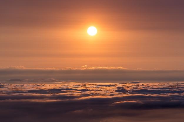 Vue imprenable sur le coucher du soleil orange et la mer