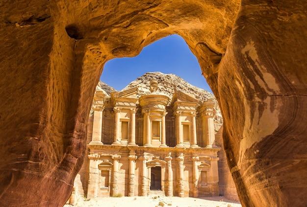Vue imprenable depuis une grotte de l'ad deir - monastère dans la ville antique de petra, jordanie