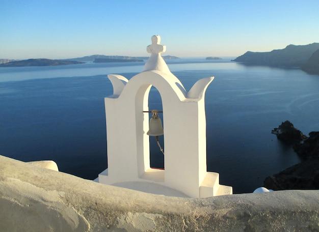 Vue imprenable de l'église blanche pure contre la mer bleue et le ciel, l'île de santorin, grèce