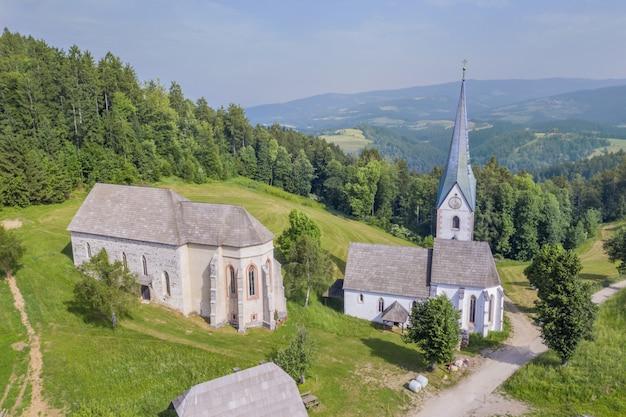 Vue imprenable sur l'église de lese en slovénie entouré par la nature