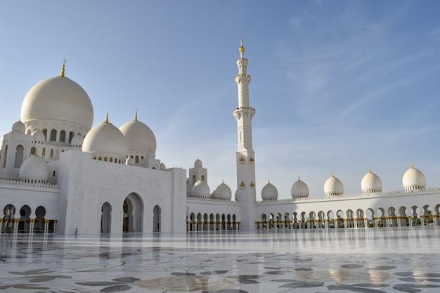 Vue imprenable sur la grande mosquée sheikh zayed à abu dhabi, émirats arabes unis