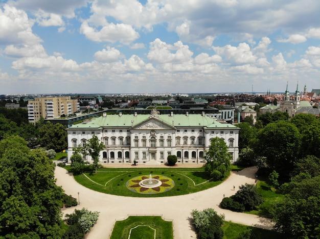 Vue imprenable d'en haut. la capitale de la pologne. grande varsovie. centre ville et alentours. photo aérienne créée par drone. bibliothèque nationale de pologne