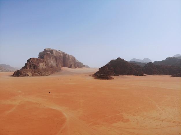 Vue imprenable d'en haut sur l'immense, rouge, chaud et très beau désert du wadi rum. royaume de jordanie, pays arabe d'asie occidentale