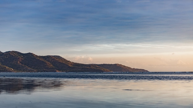 Vue imprenable sur l'île au lever du soleil.