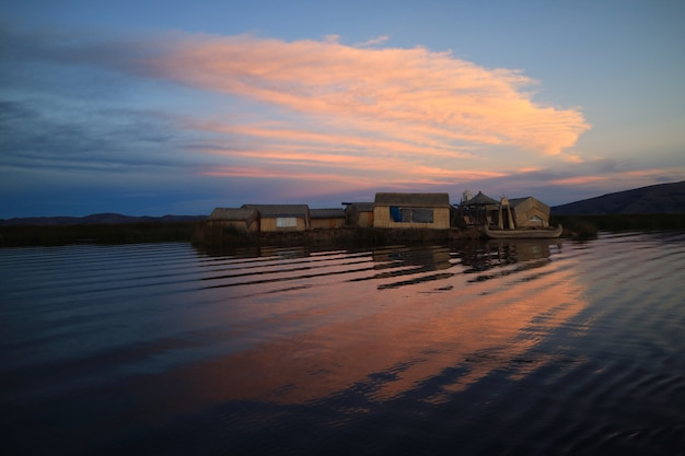 Vue imprenable sur les îles flottantes d'uros sur le lac titicaca au coucher du soleil, puno, pérou