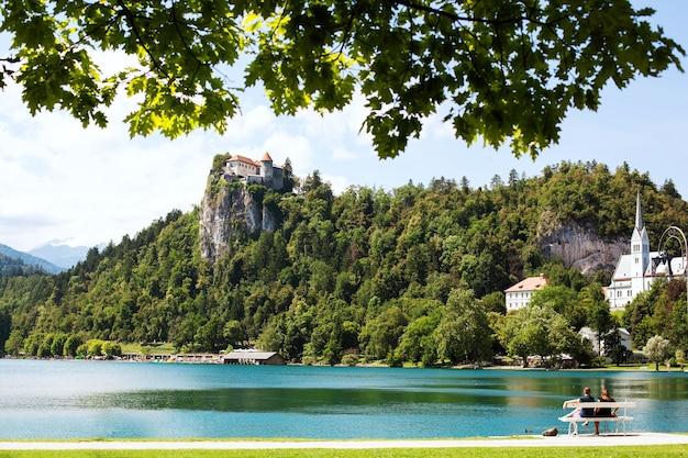 Vue imprenable sur le lac de bled au printemps ou en été en slovénie
