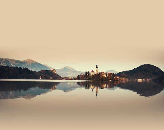 Vue imprenable sur le lac de bled en automne ou en hiver en slovénie europe t