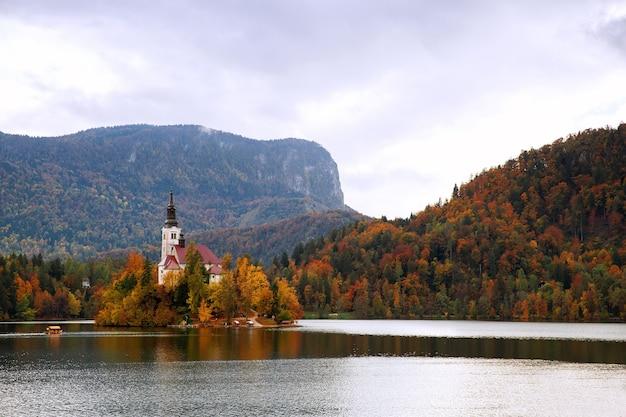 Vue imprenable sur le lac de bled automne en slovénie europe