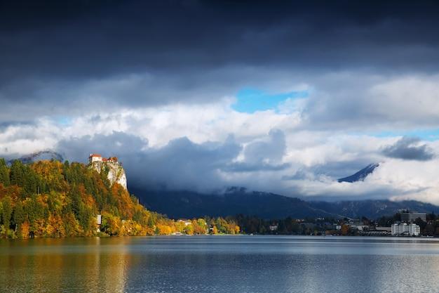 Vue imprenable sur le lac de bled avec le vieux château, la slovénie, l'europe. automne en slovénie, europe.