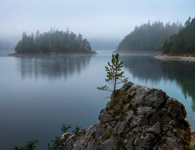 Vue imprenable sur le lac zugspitze entouré de forêts à eibsee