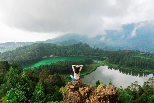 Vue imprenable sur les montagnes et les lacs