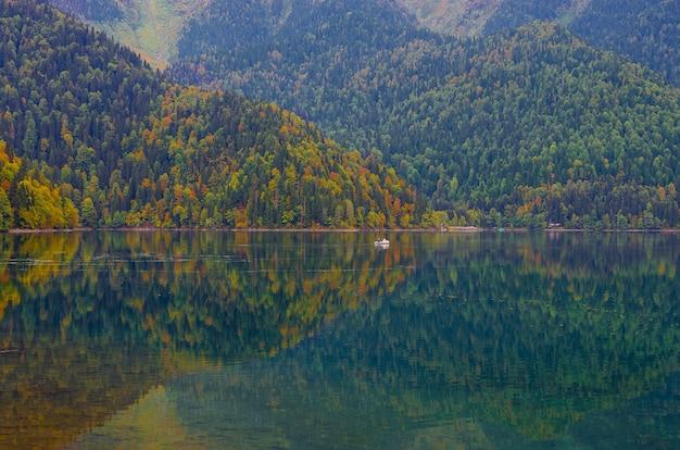Vue imprenable sur la nature du lac petite ritsa