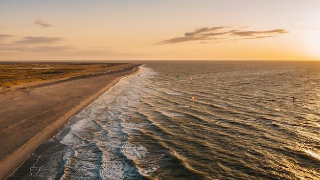 Vue imprenable sur l'océan ondulé et la plage capturée à domburg, pays-bas