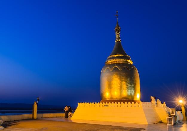 Vue imprenable sur la pagode bupaya au crépuscule à bagan, myanmar