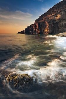 Vue imprenable sur le paysage marin et les rochers au coucher du soleil spectaculaire
