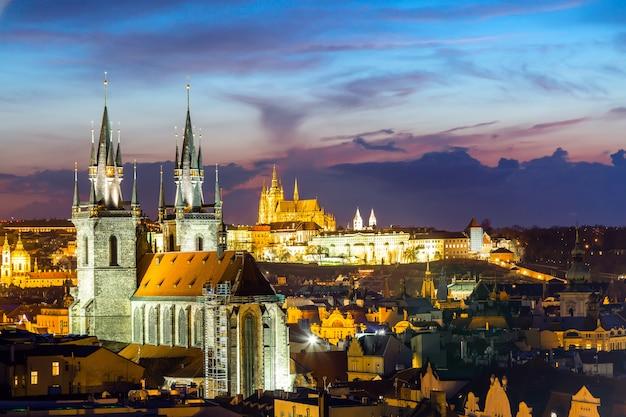 Vue imprenable sur le paysage urbain du château de prague et de l'église