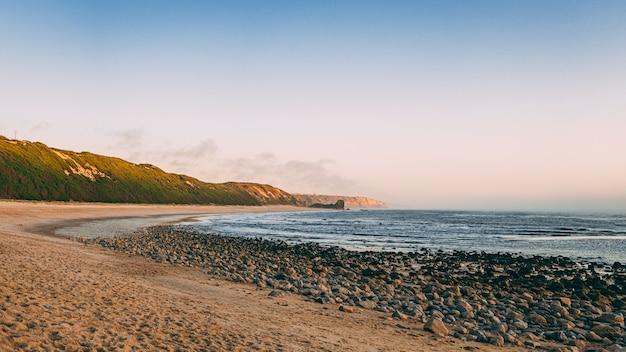 Vue imprenable sur la plage de polvoeira à alcobaça par une journée ensoleillée d'été, portugal