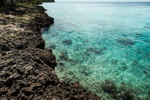 Vue imprenable sur la plage tropicale plage de sable blanc clair en journée d'été des vagues de mer bleue se brisent sur une plage ensoleillée paysage de plage de palmiers de cuba