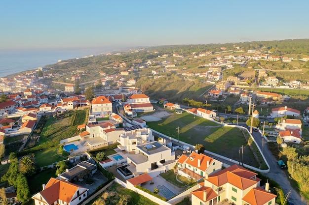 Vue imprenable sur un quartier résidentiel proche de la mer