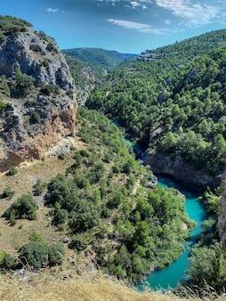 Vue imprenable sur la rivière dans les montagnes de cuenca, en espagne