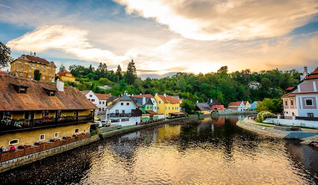 Vue imprenable sur la rivière devant le paysage urbain passionnant de cesky krumlov