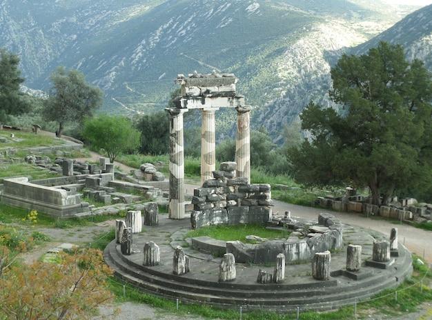 Vue imprenable sur le sanctuaire d'athéna pronaia à flanc de montagne, delphes, grèce