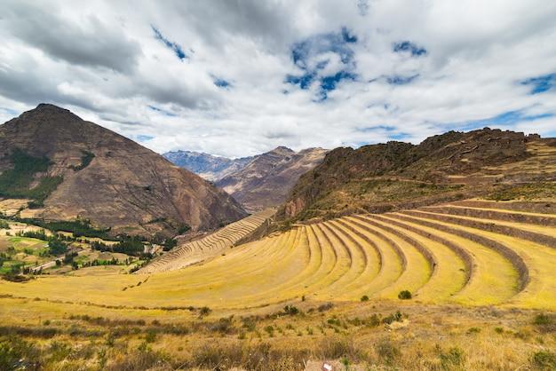 Vue imprenable sur les terrasses incas à pisac, vallée sacrée, pérou