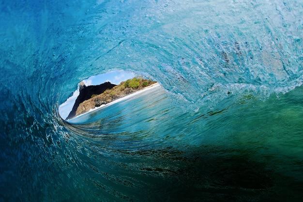 Vue imprenable sur une vague - le concept du surf