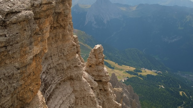 Vue imprenable sur la vallée et les rochers