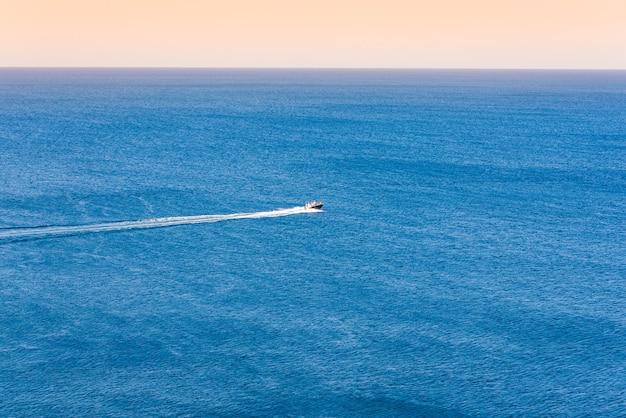 Vue imprenable sur le yacht et paradis d'été clair et bleu foncé