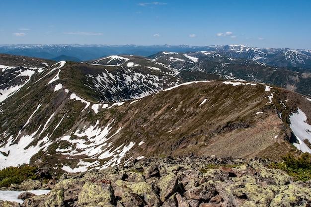 Une vue incroyable sur le virage de la chaîne de montagnes qui s'étend au loin