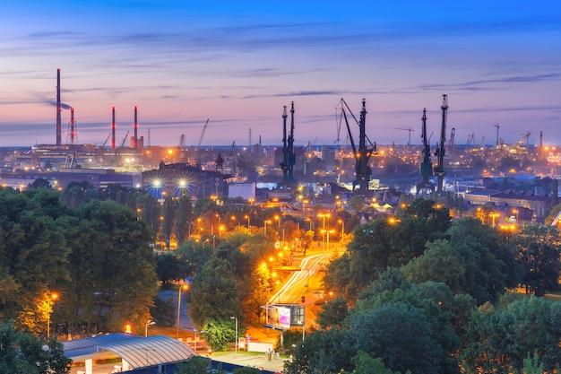 Vue industrielle aérienne du chantier naval de gdansk dans la nuit