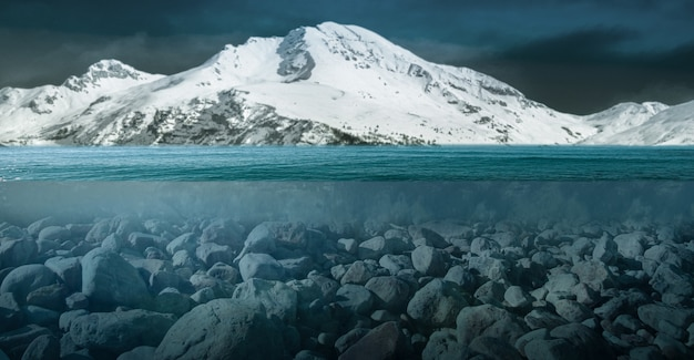 Une vue insolite d'une montagne enneigée