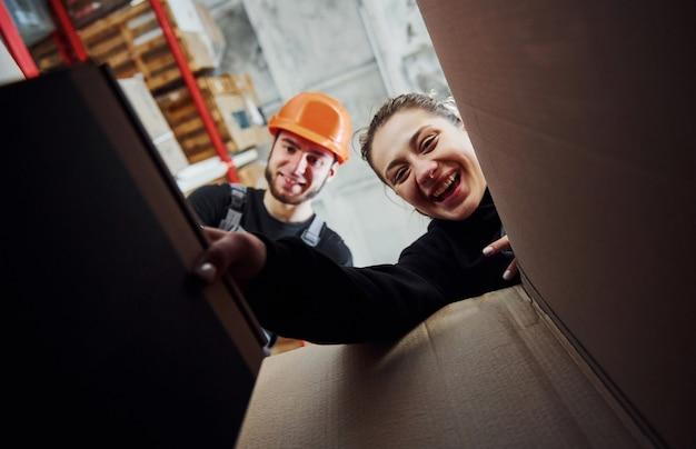 Vue de l'intérieur de la boîte en papier. les gens joyeux regardent ensemble.