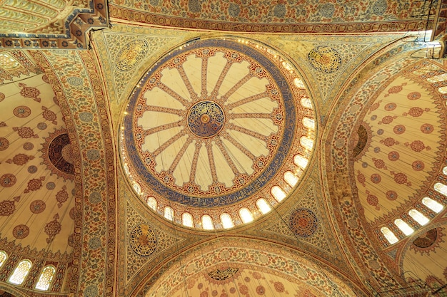 La vue de l'intérieur des dômes de la mosquée bleue, la mosquée sultanahmet, construite par le sultan ahmed, istanbul, turquie