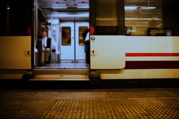 Vue de l'intérieur du train arrêté avec une porte ouverte