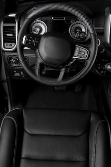 Vue à l'intérieur des intérieurs modernes d'une voiture