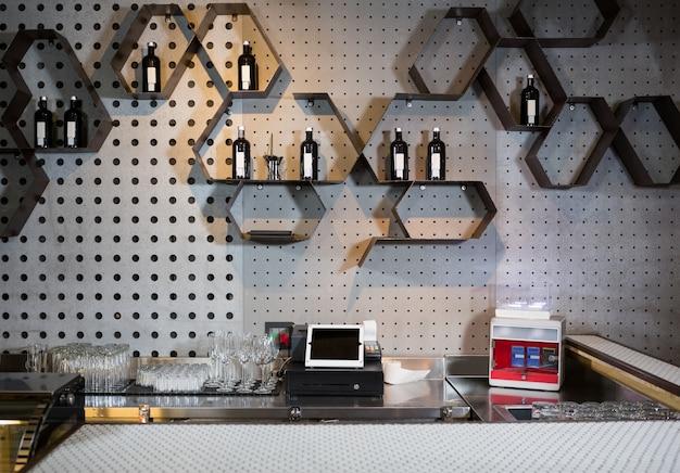 Vue intérieure du comptoir du bar